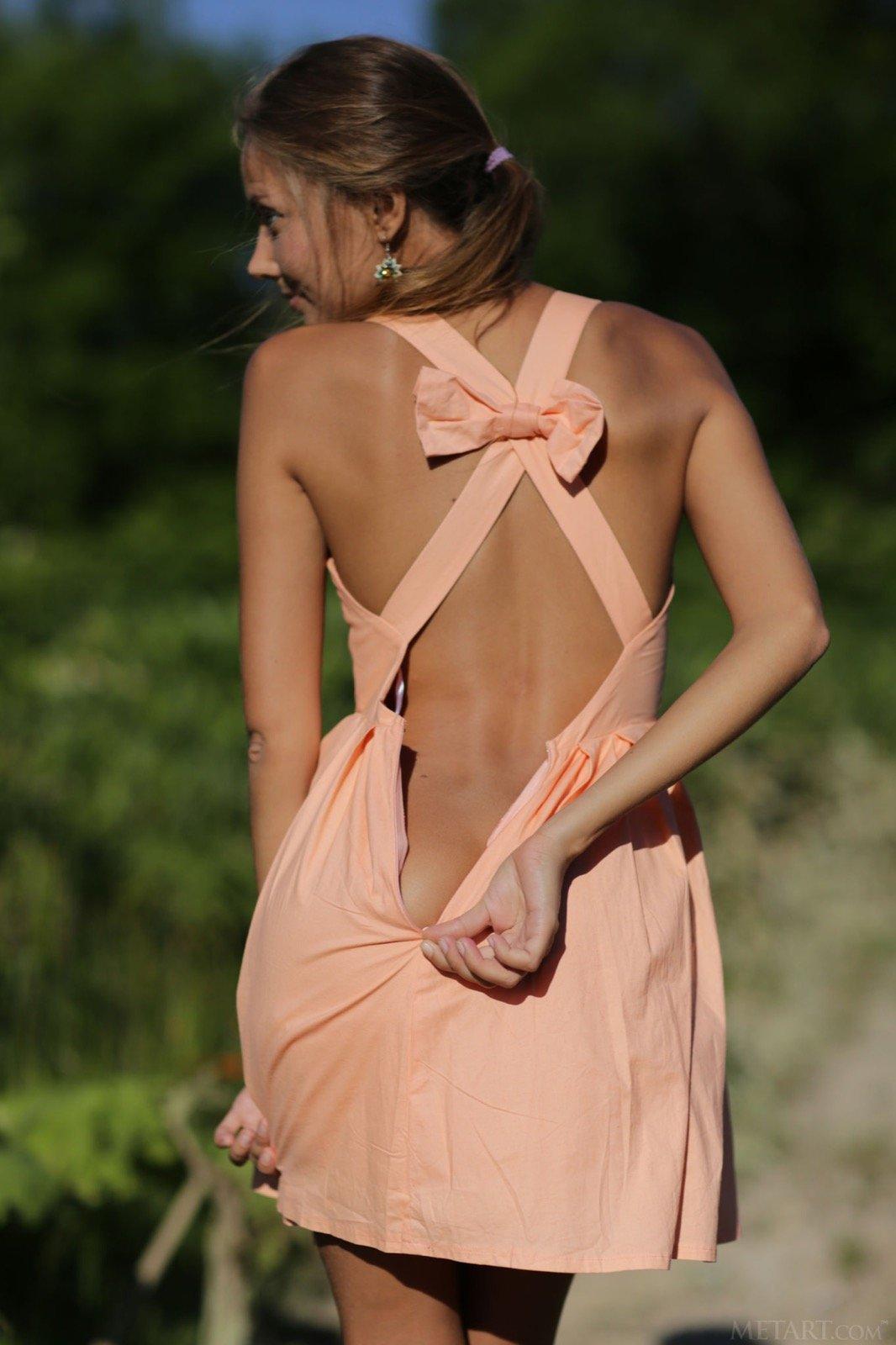 Костлявая красотка в платье без трусов на открытом воздухе