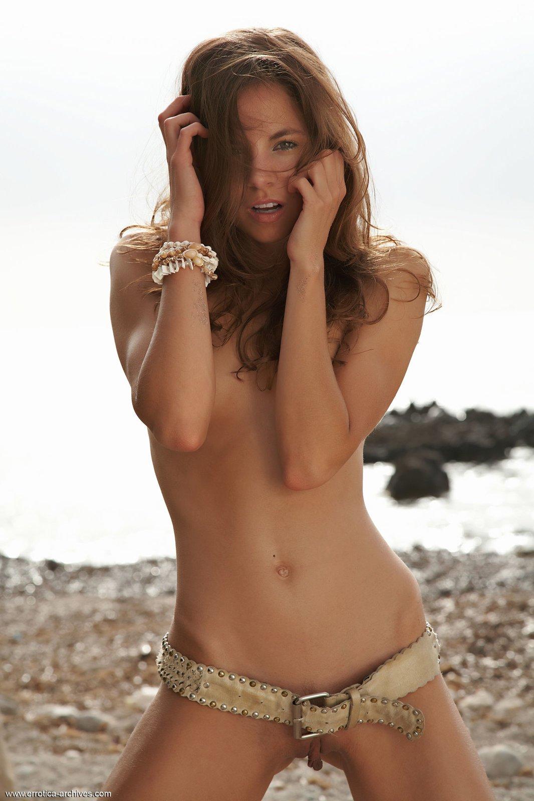 Привлекательная брюнеточка страстно позирует в море
