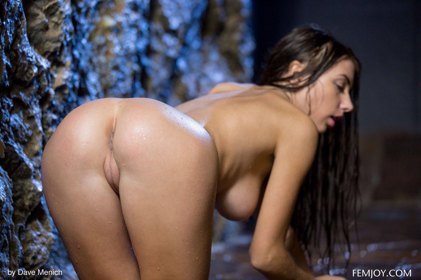 Мокрая привлекательная крошка с упругими дойками