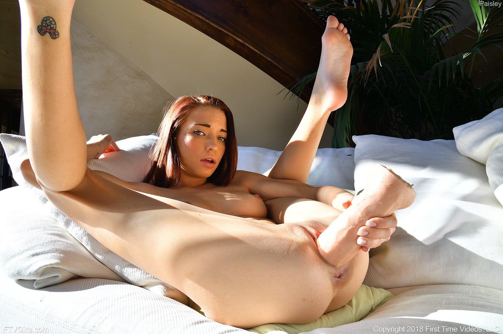 Голая фрау раздвигает ноги и тестирует дилдо