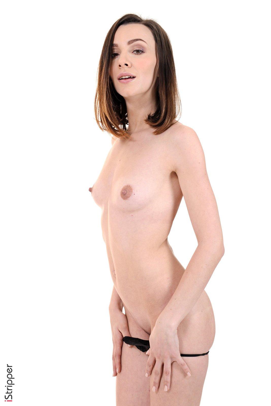Сексуальная модель в стрингах оголилась на камеру
