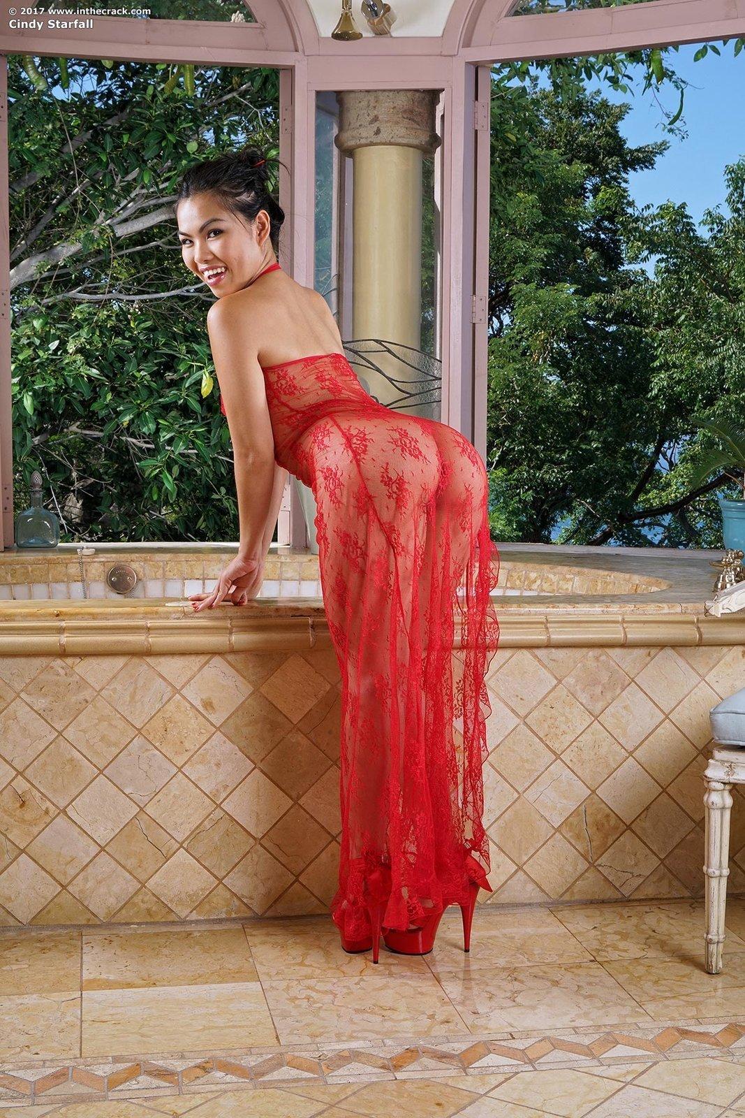 Тайская девушка с сочной попочкой купается в ванной