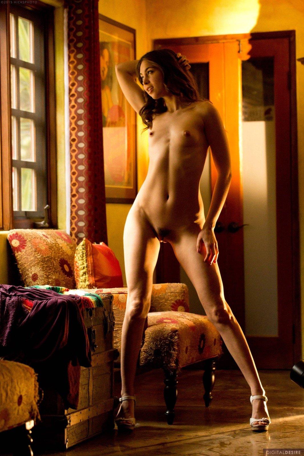 Стройная молодая девка с возбужденными сосочками