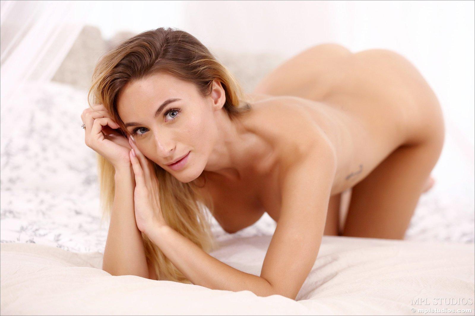 Привлекательная девица показывает киску в постели