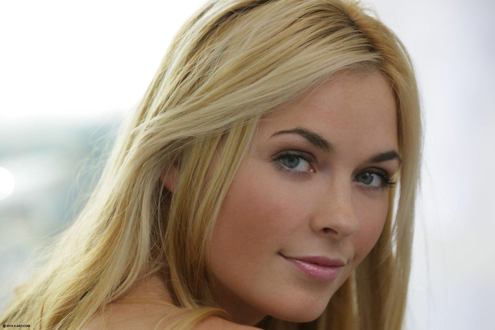 Блондинка  в сексуальном белье