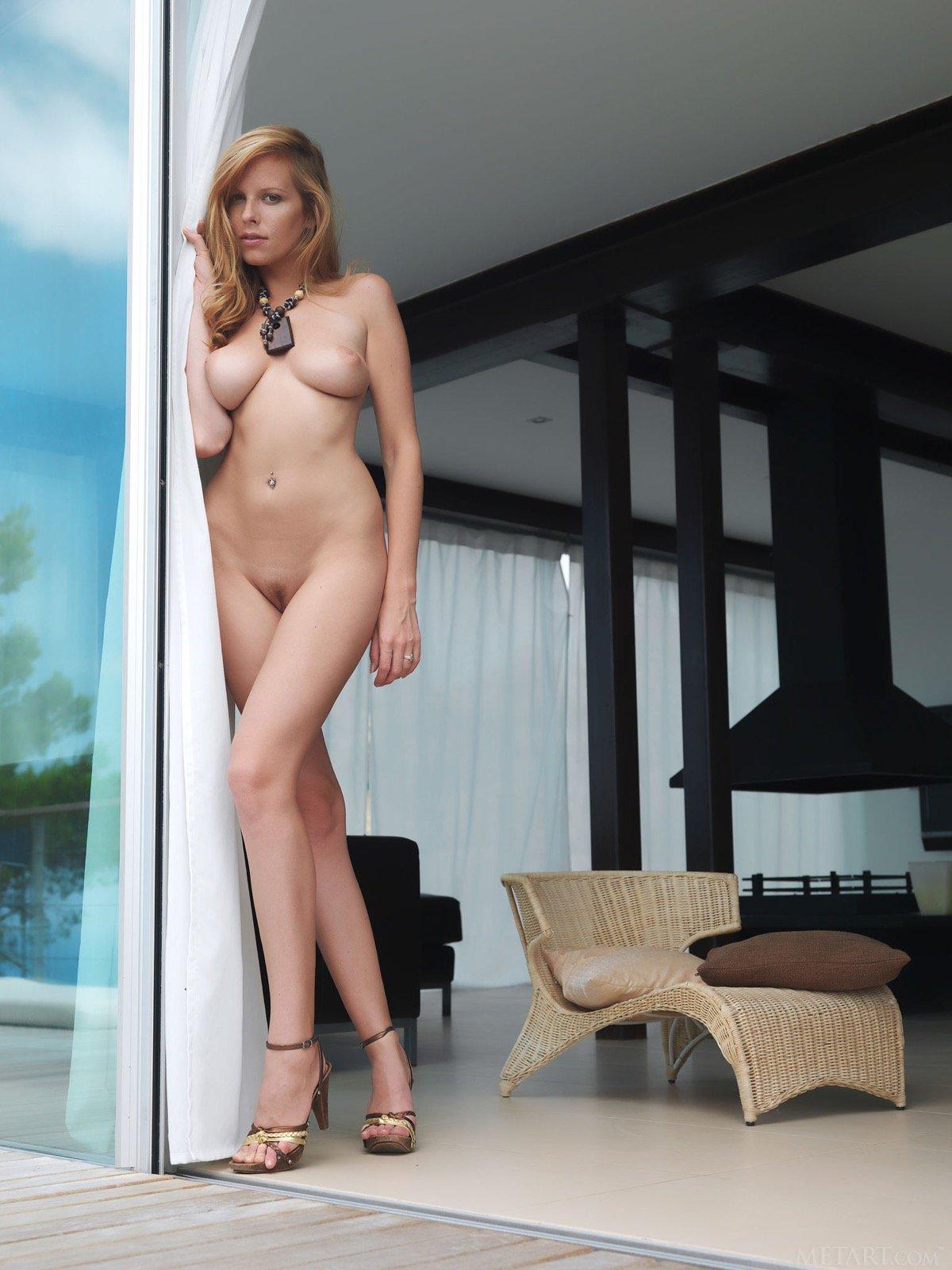 Симпатичная голенькая девушка высокого роста