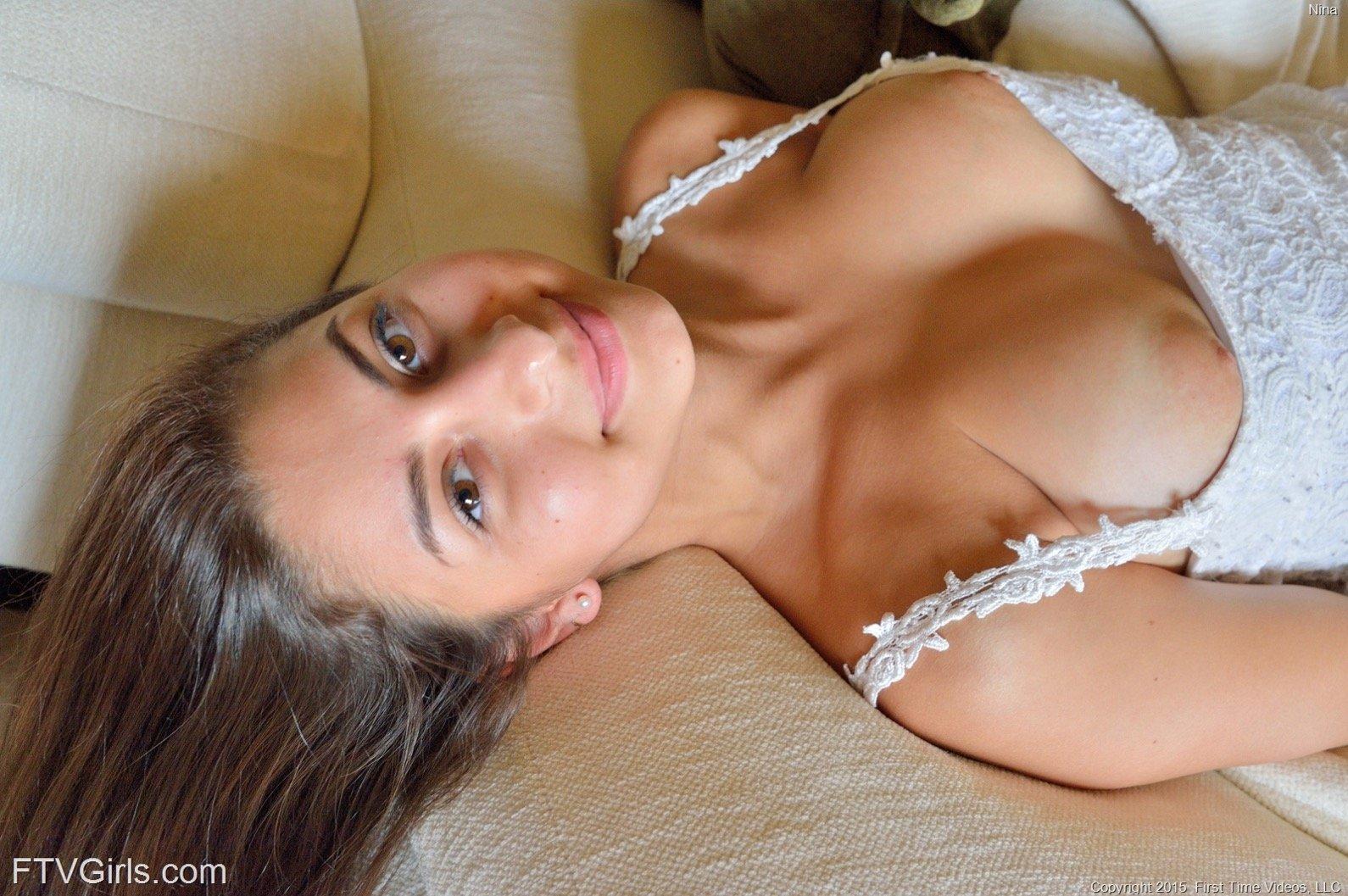 Красавица оголяет голое тело в людном месте и на постели