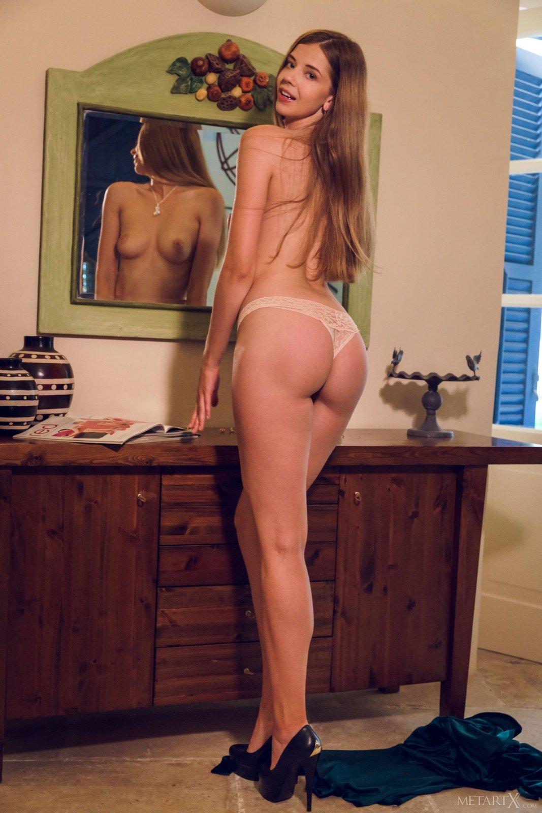 Брюнетка в бикини и халате обнажилась у зеркала