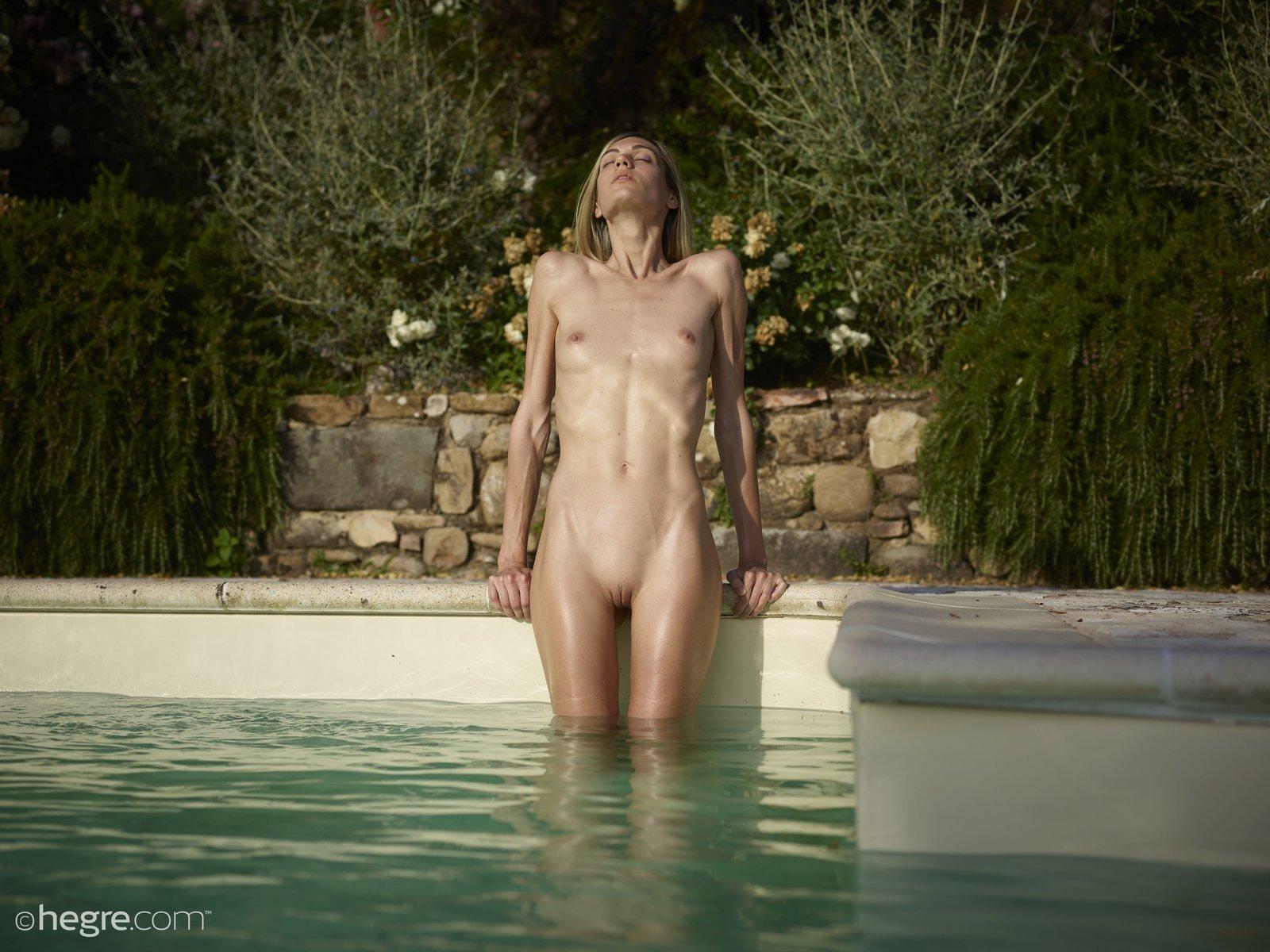 Высокая раздетая давалка искупалась в бассейне