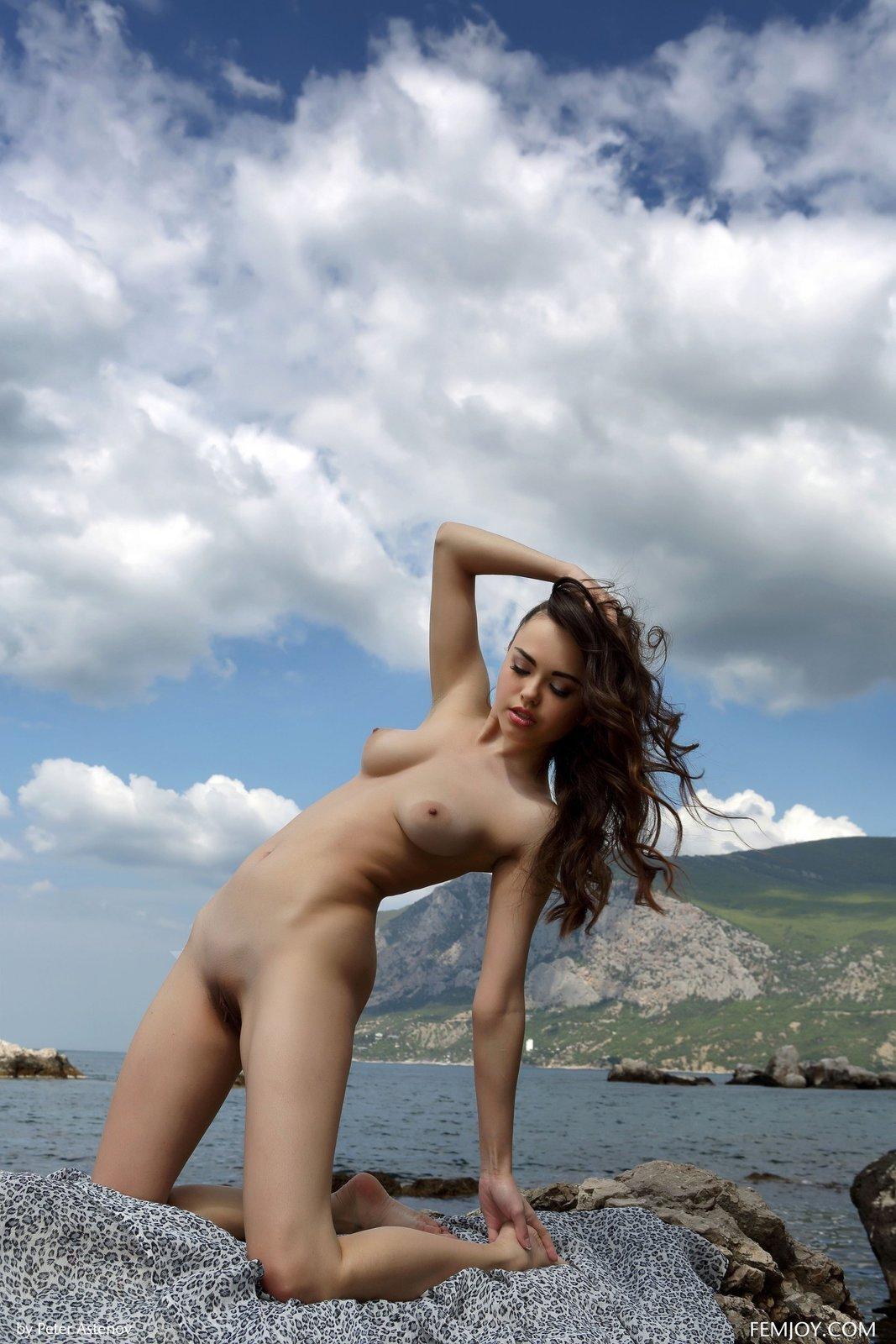 Изящная китаянка показала горячее тело на песке