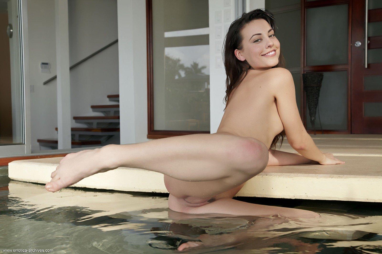 Брюнеточка с гладенькой промежностью у бассейна