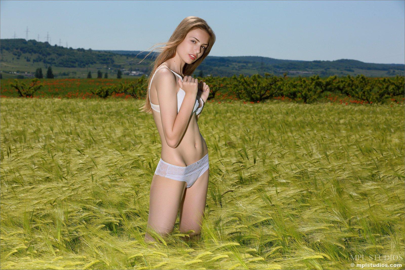 Худенькая красивая модель в нижнем белье в поле