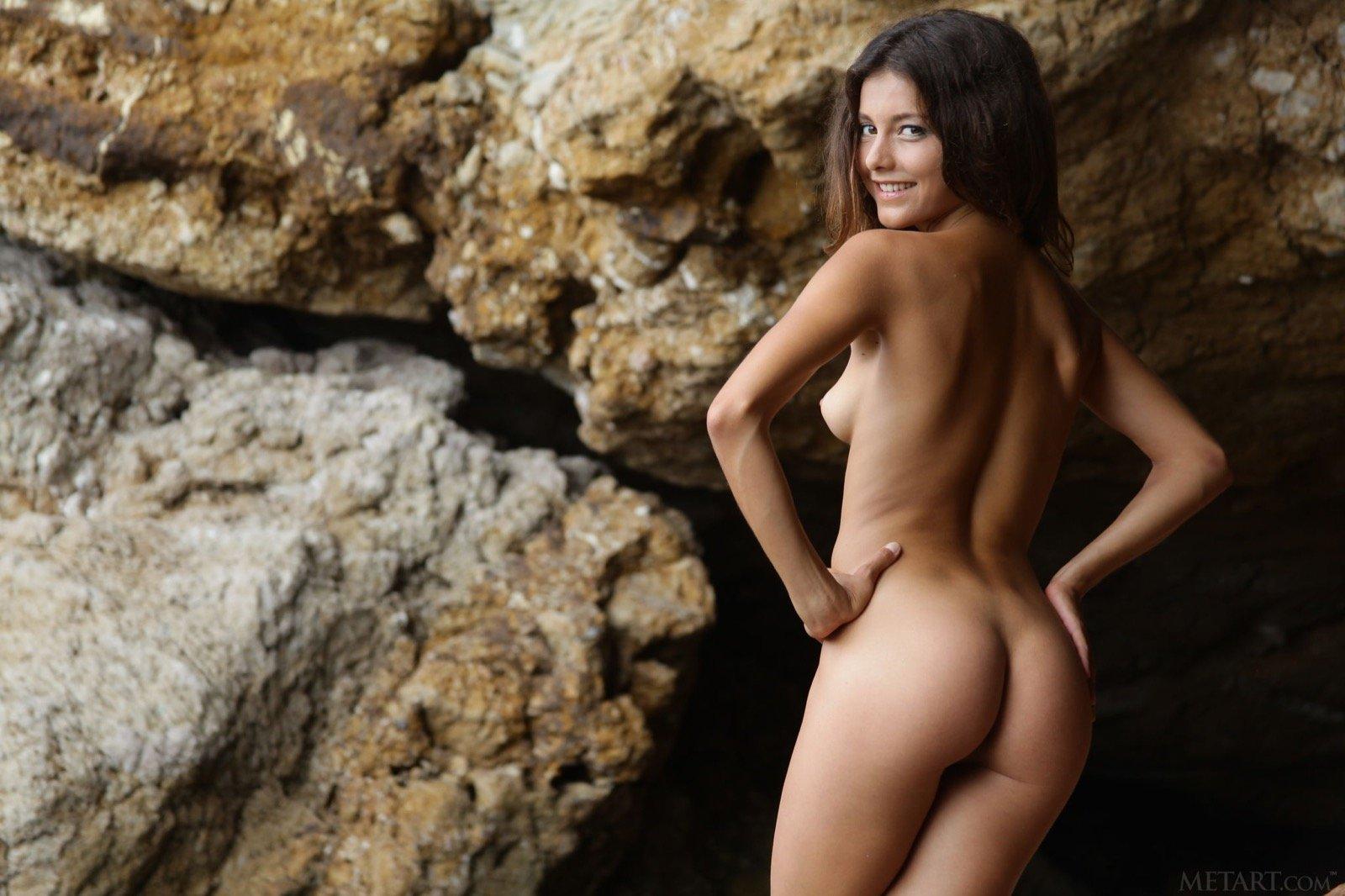 Стройная раздетая телка выгибается среди скал