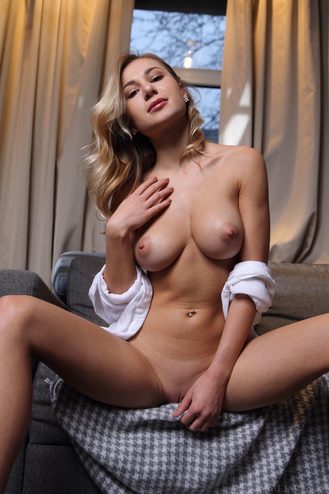 Красивая девушка в носочках выставляет голую попку