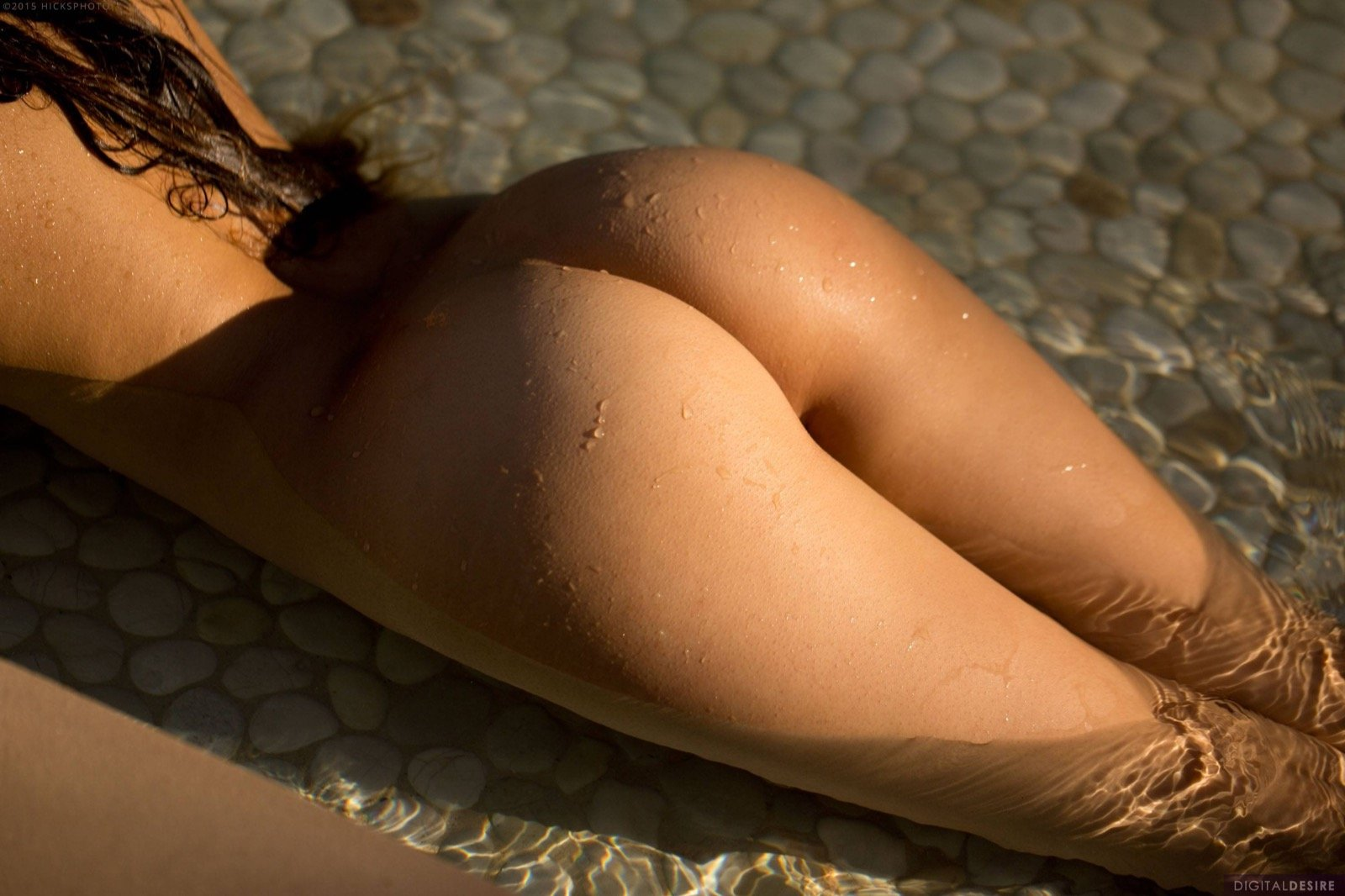 Стройная девица с красивыми сиськами намочила киску