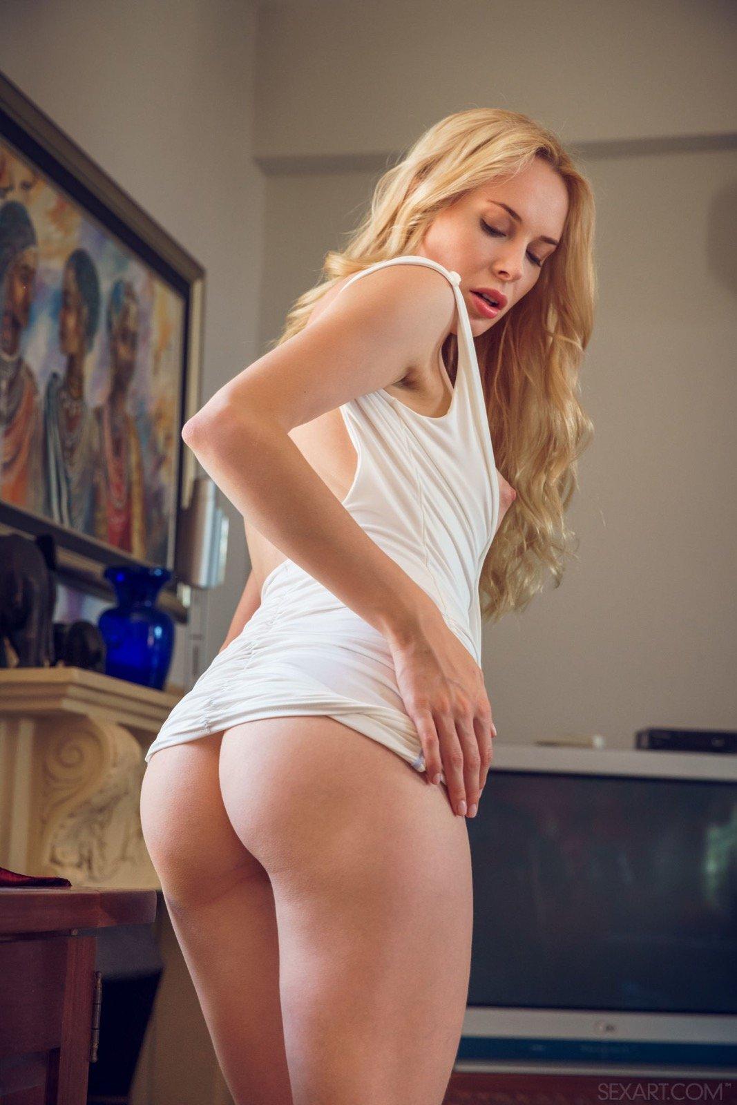 Стройная блондиночка в платье продемонтстрировала дойки и писю секс фото