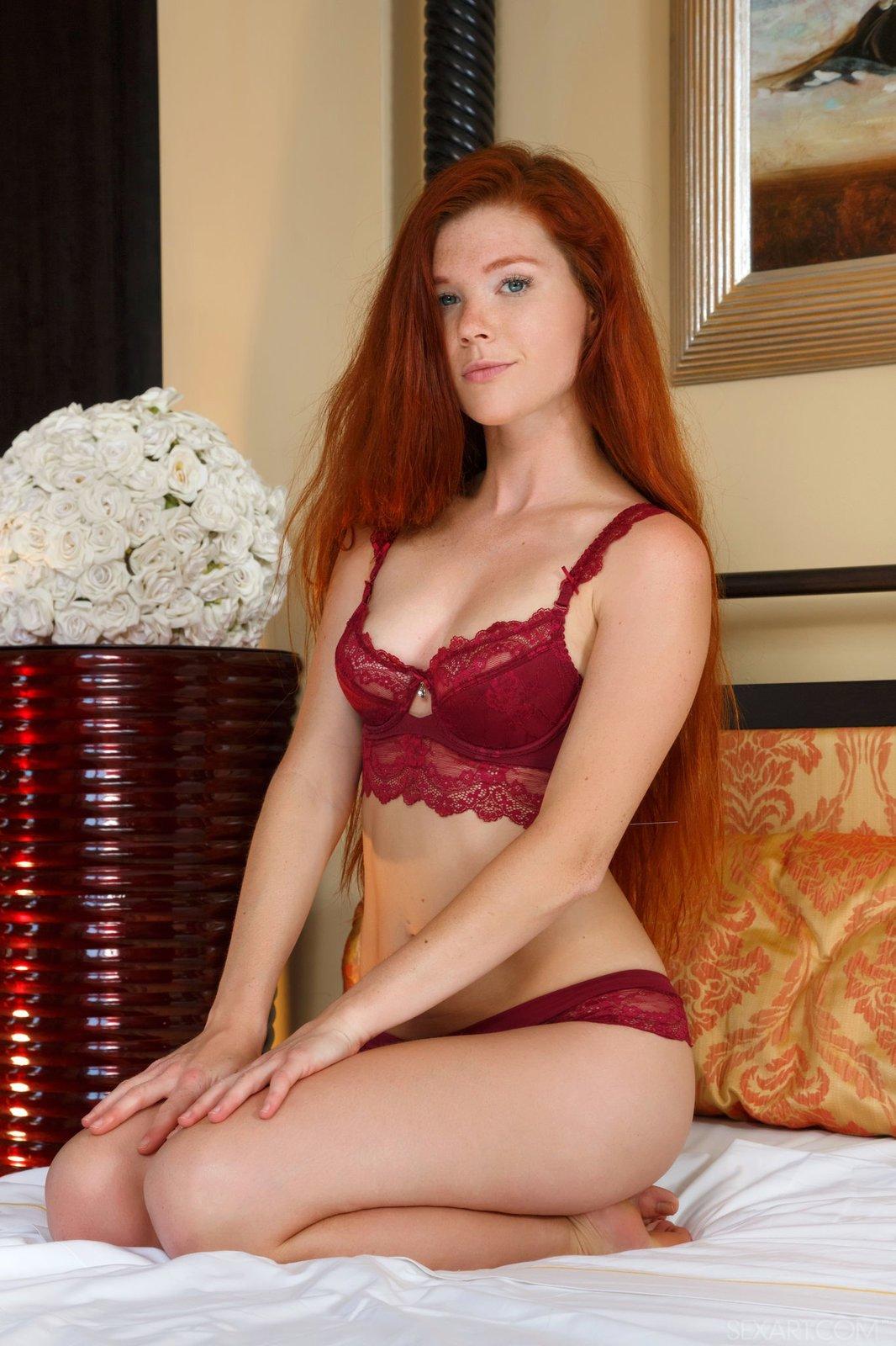 Рыжая чика удовлетворяется на кроватке