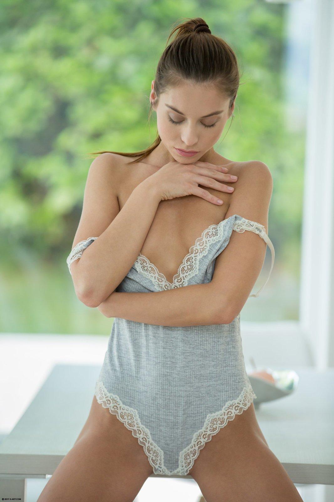 Девушка оголяет стройное тело и бритую письку