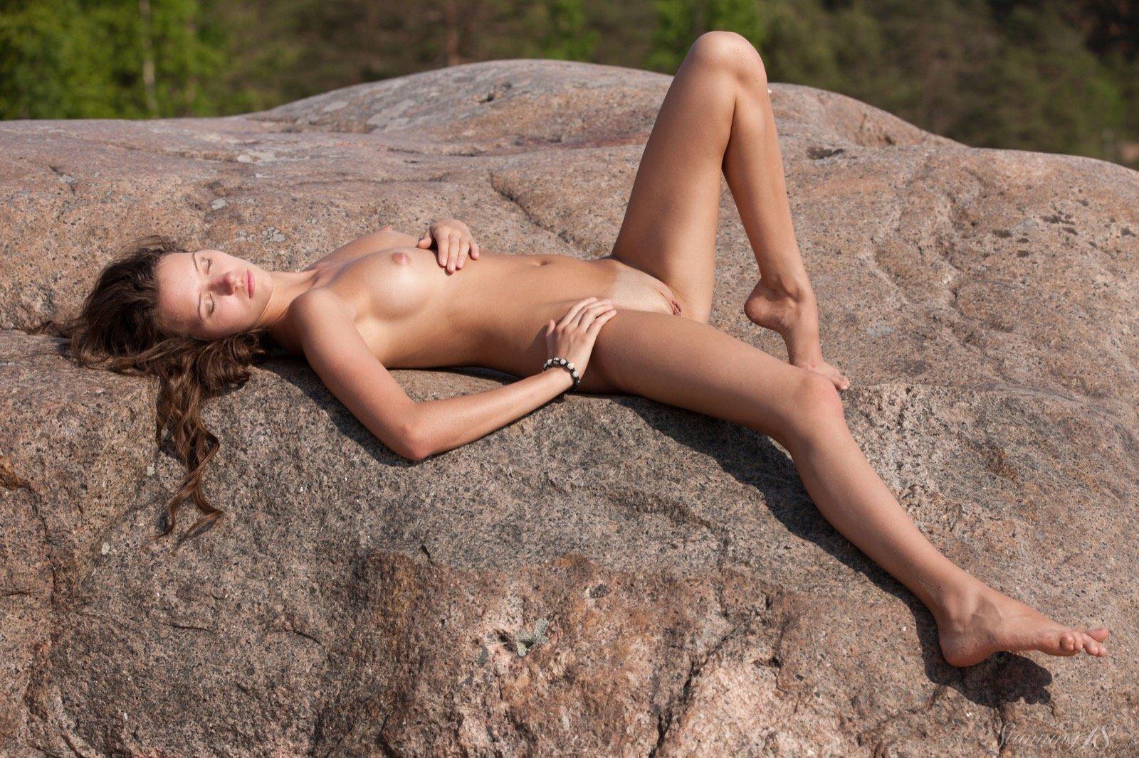 18-летняя красавица спускает купальник