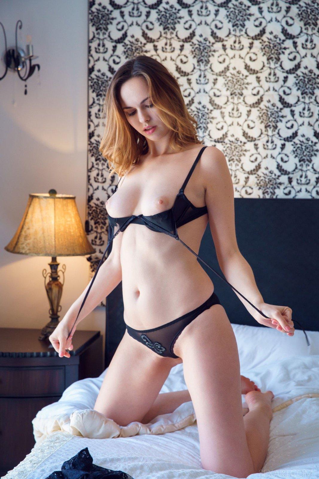 Красавица в трусиках и лифчике разделась в постели