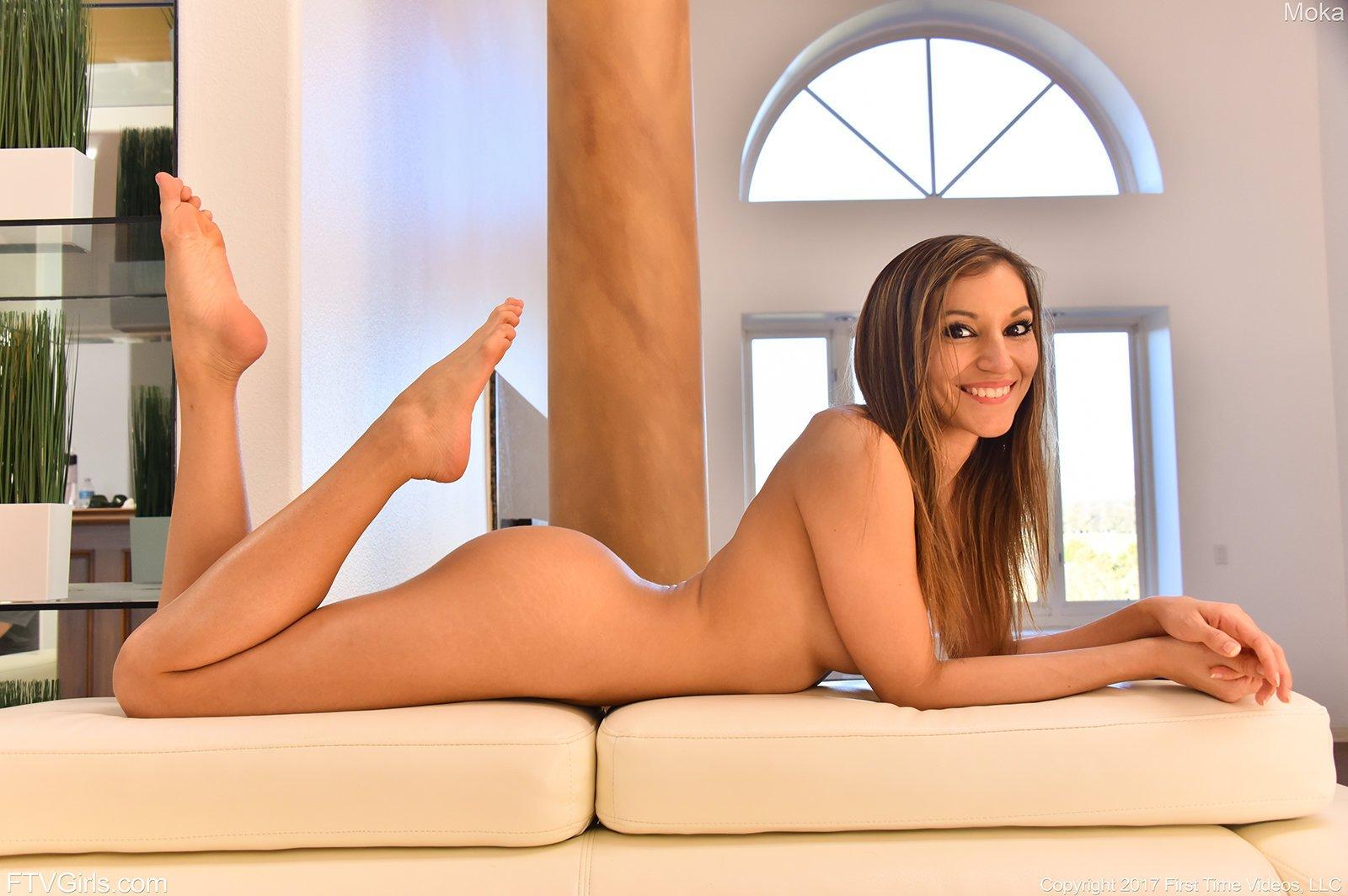 Обнаженная гибка девушка с красивой попой на полу
