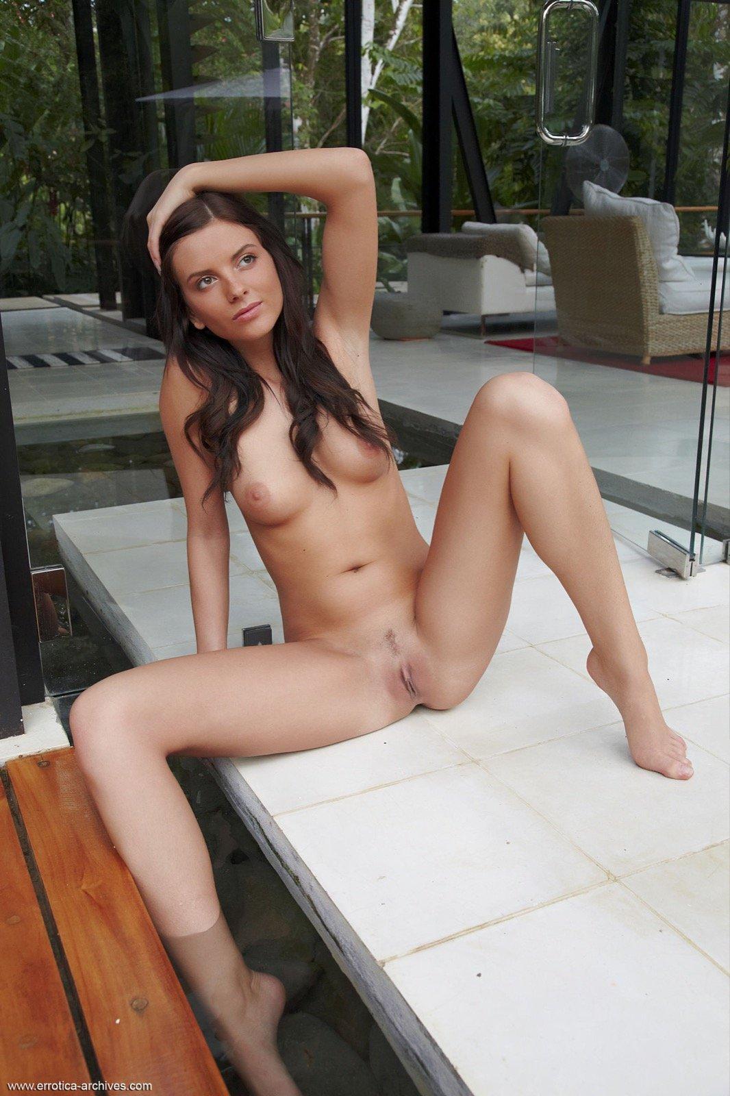 Юная модель с роскошным телом прогнулась на полу