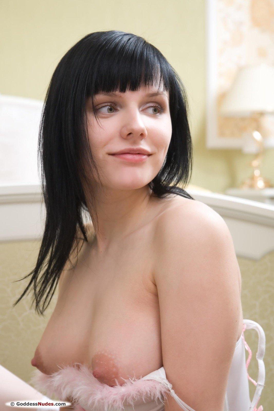 Хорошенькая русая порноактрисса без стрингов в светлых гетрах