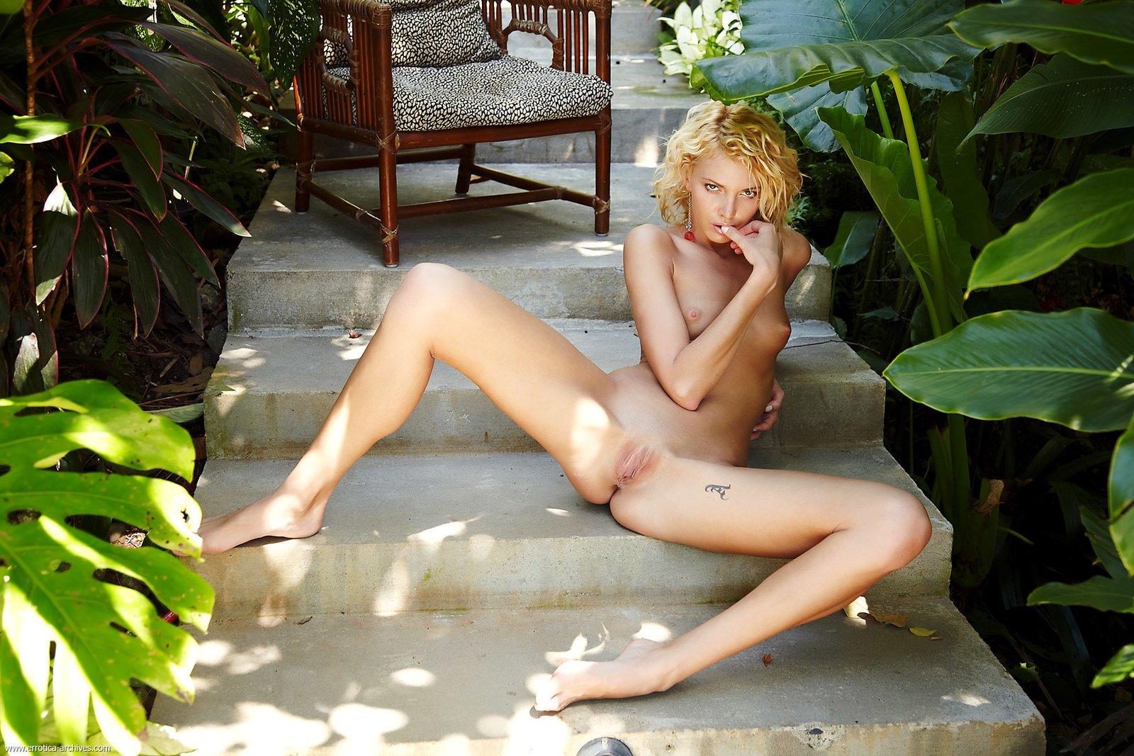 Худенькая блондинка без трусиков на лестнице