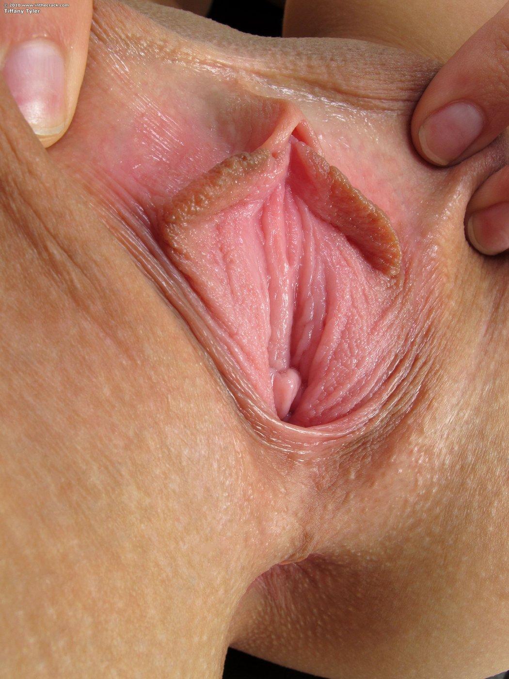Голенькая брюнетка показывает розовую письку крупно