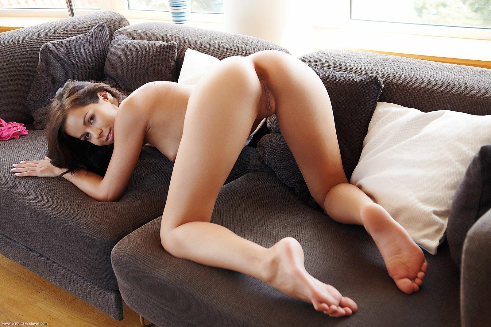 Молодая красавица раздвинула ножки лежа на диване