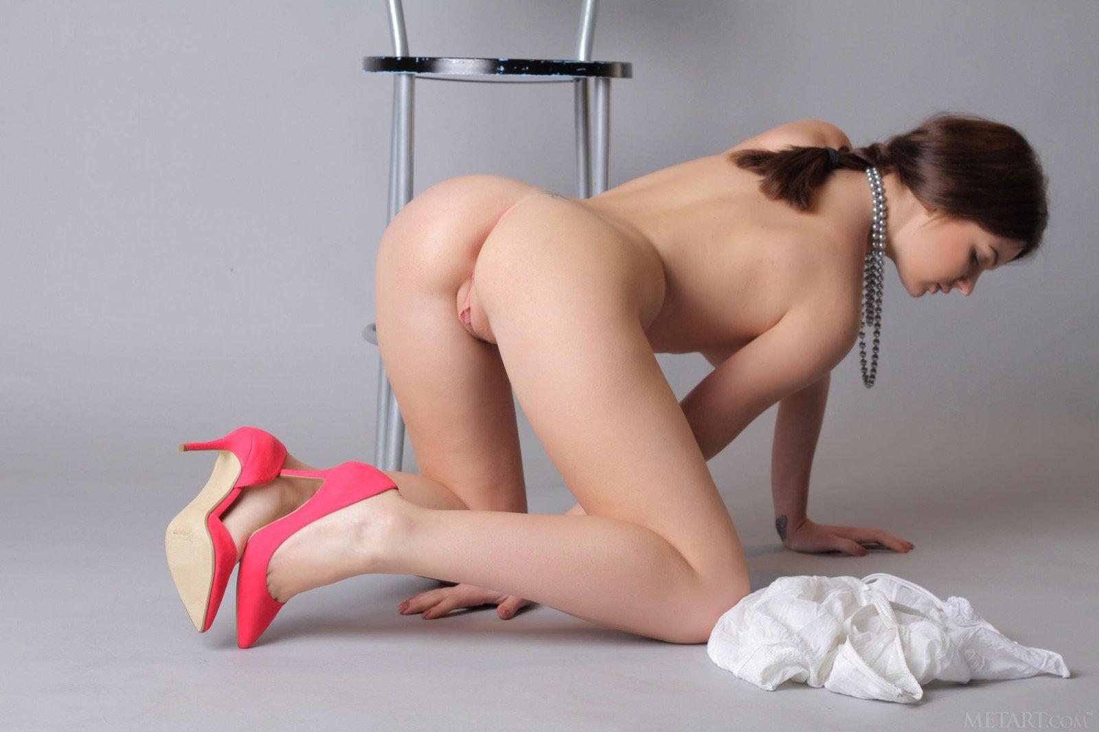 Милашка сняв платье и трусики прогнулась раком на полу