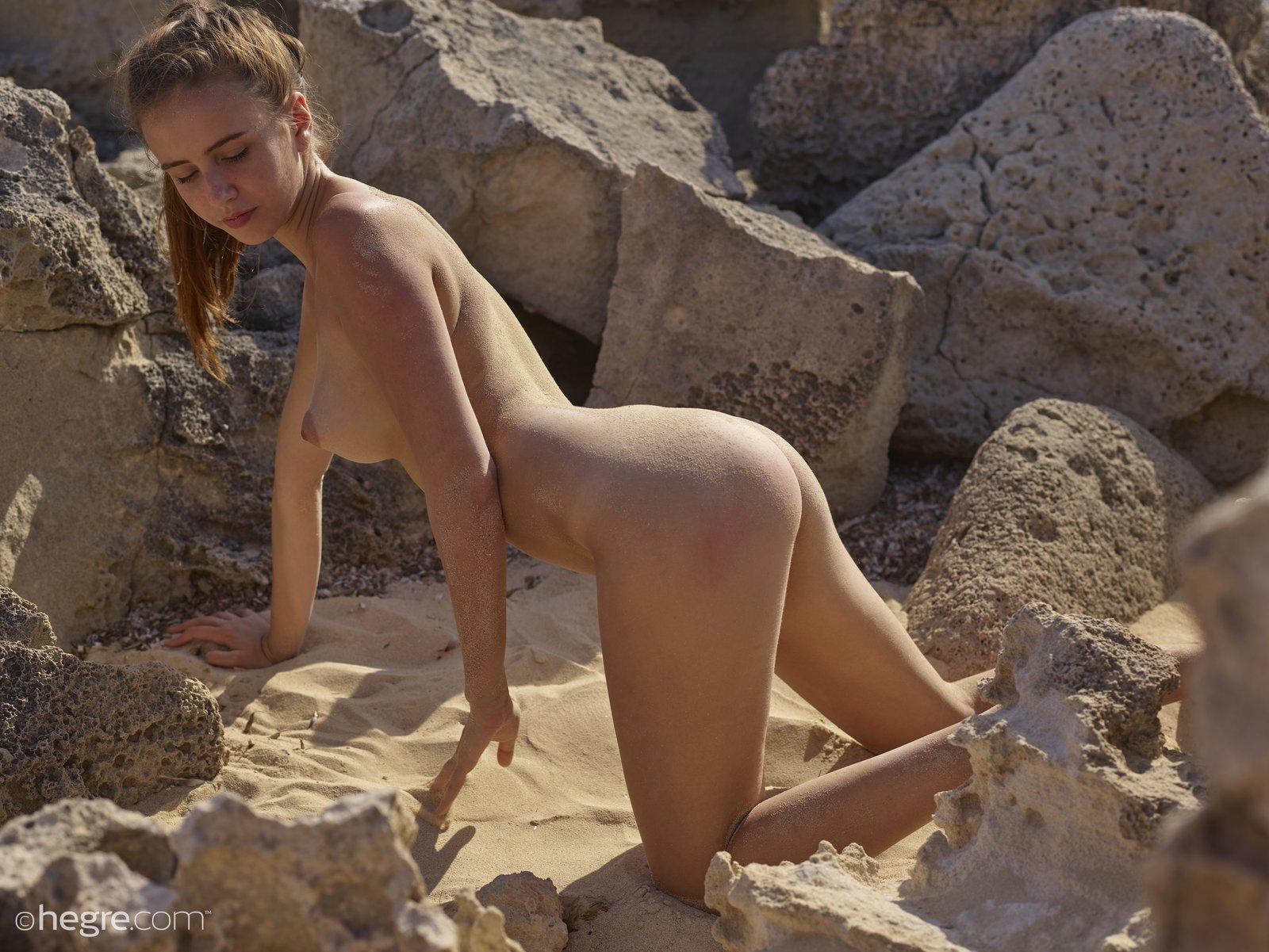 Обнаженная роскошная баба в пляже на песке