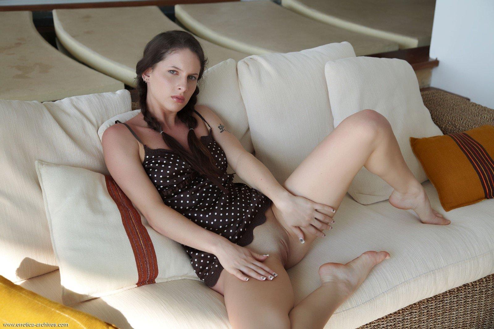 Девушка в пеньюаре без трусов позирует на диване