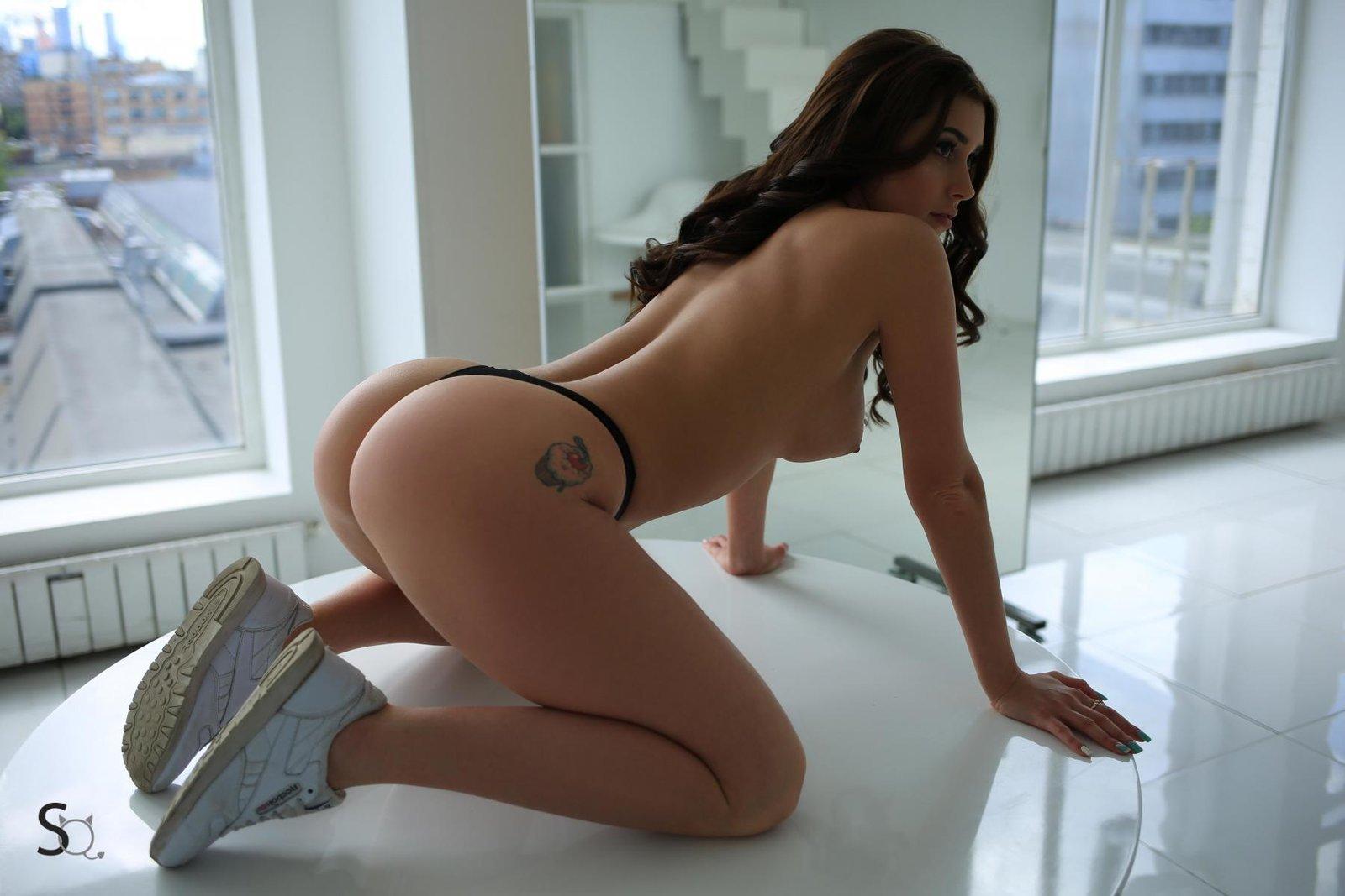 Сексуальная девка в трусах с накаченной задницей