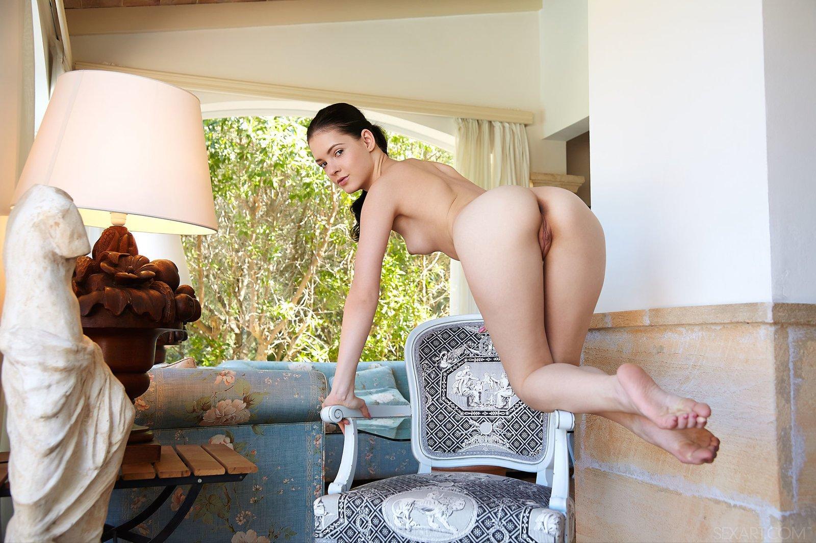 Раздетая красивая девка с эротичной киской на стуле