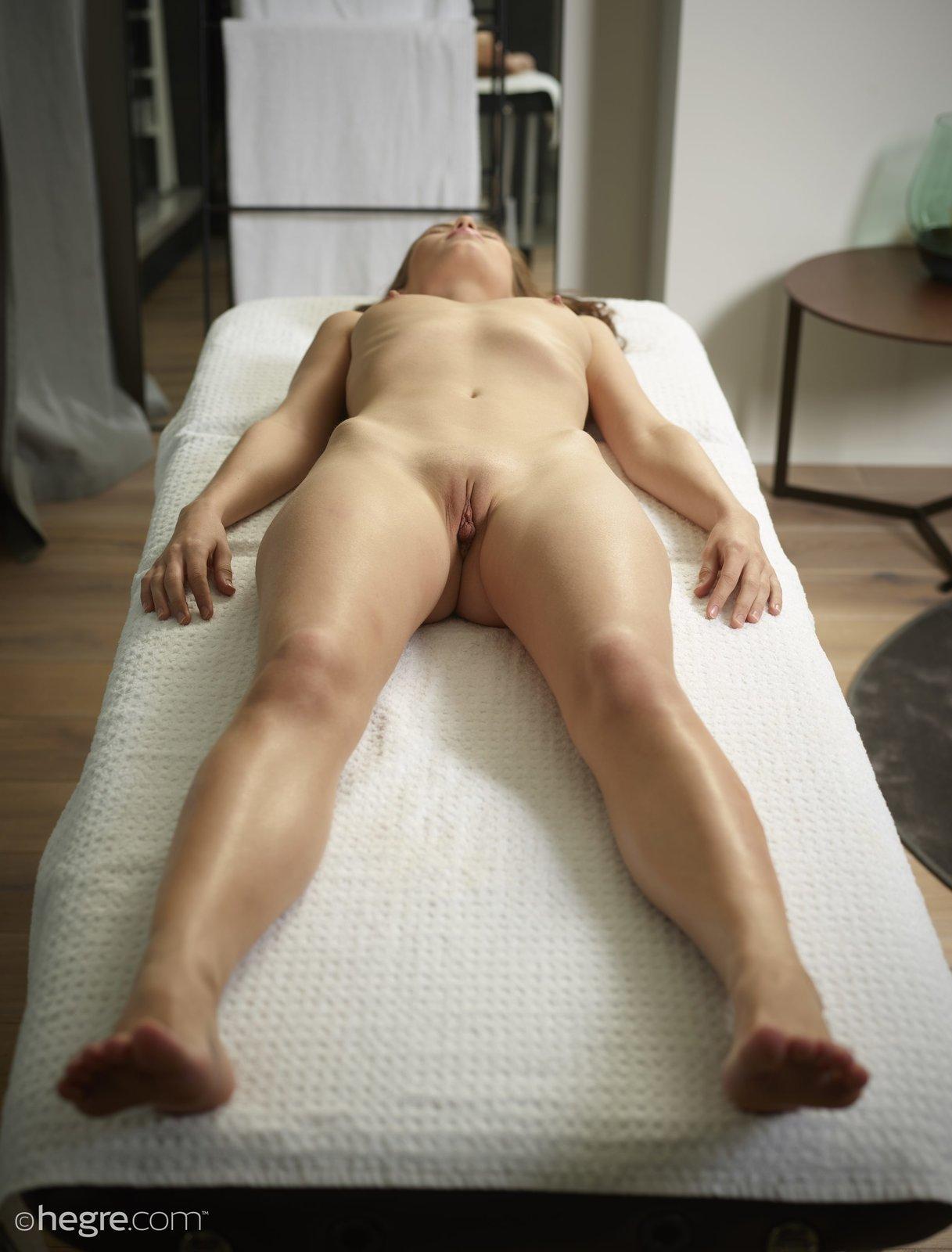 Красивая голая девушка на массажном столе
