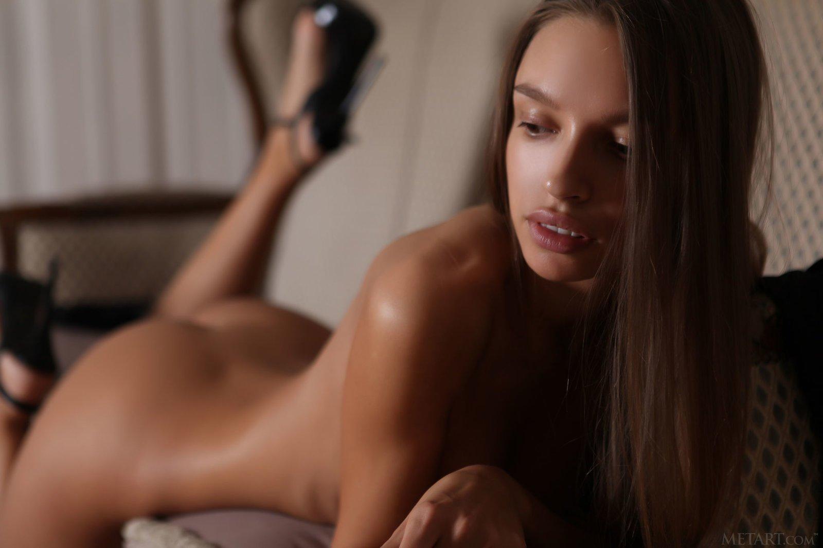 Модель на каблуках снимает сексуальное нижнее бельё