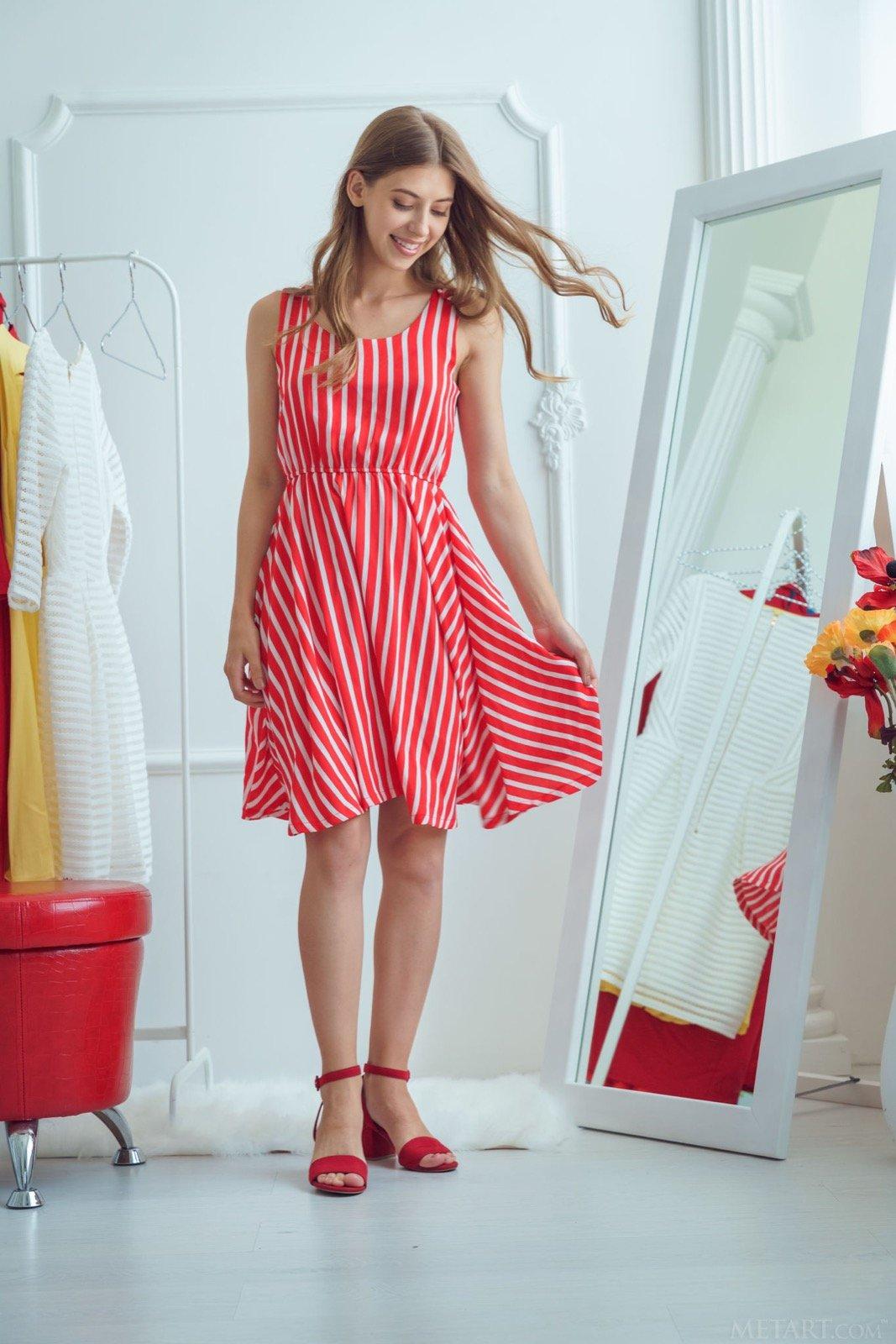 Симпатичная девка в платье разделась у зеркала