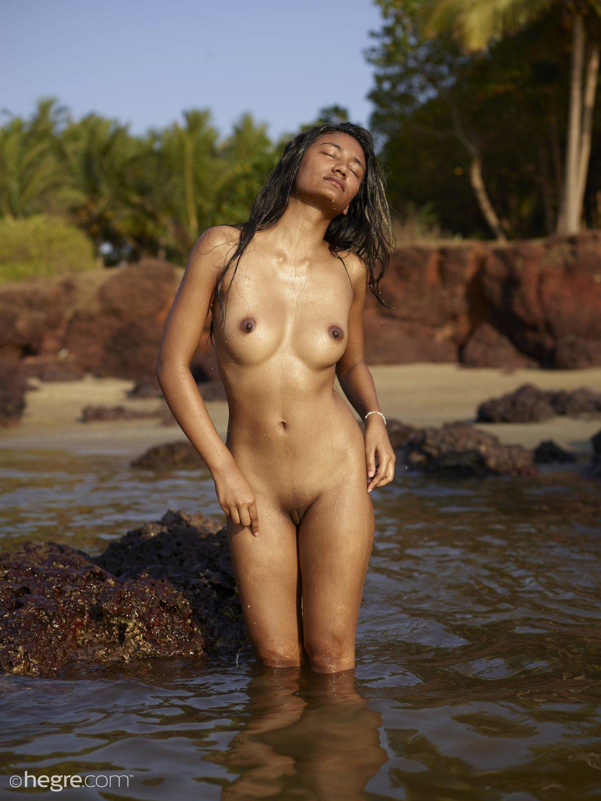 Голая индуска с соблазнтельным телом намочилась в море секс фото