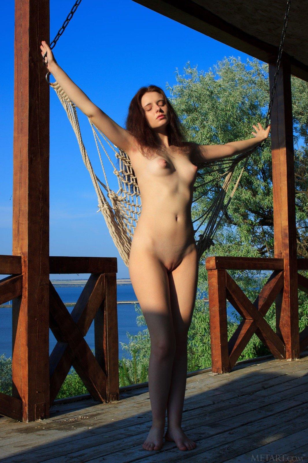 Голая мадам с плоской грудью в домашнем доме