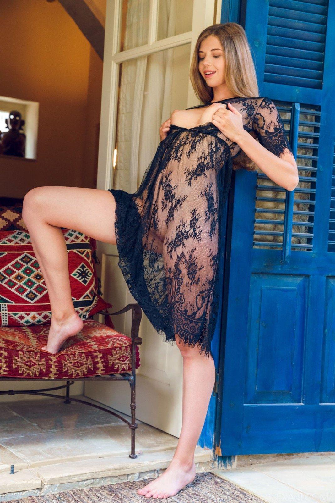 Соблазнительная красавица в прозрачном кружевном платье