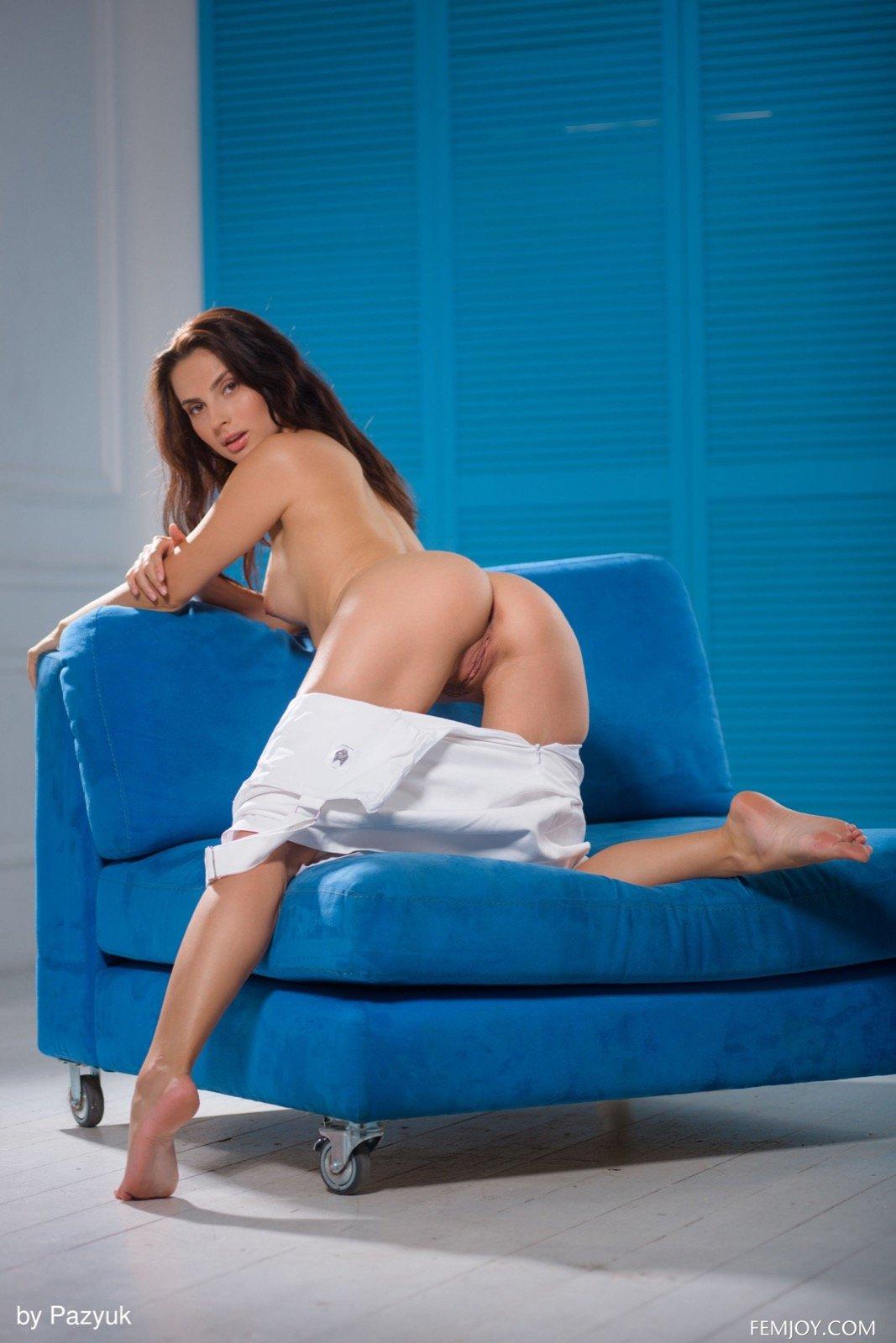 Красавица стаскивает платье и блистает нагая на диванчике