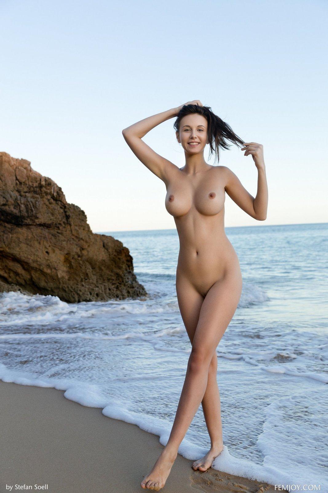 Раздетая тёлка с симпатичными сисяндрами на пляже