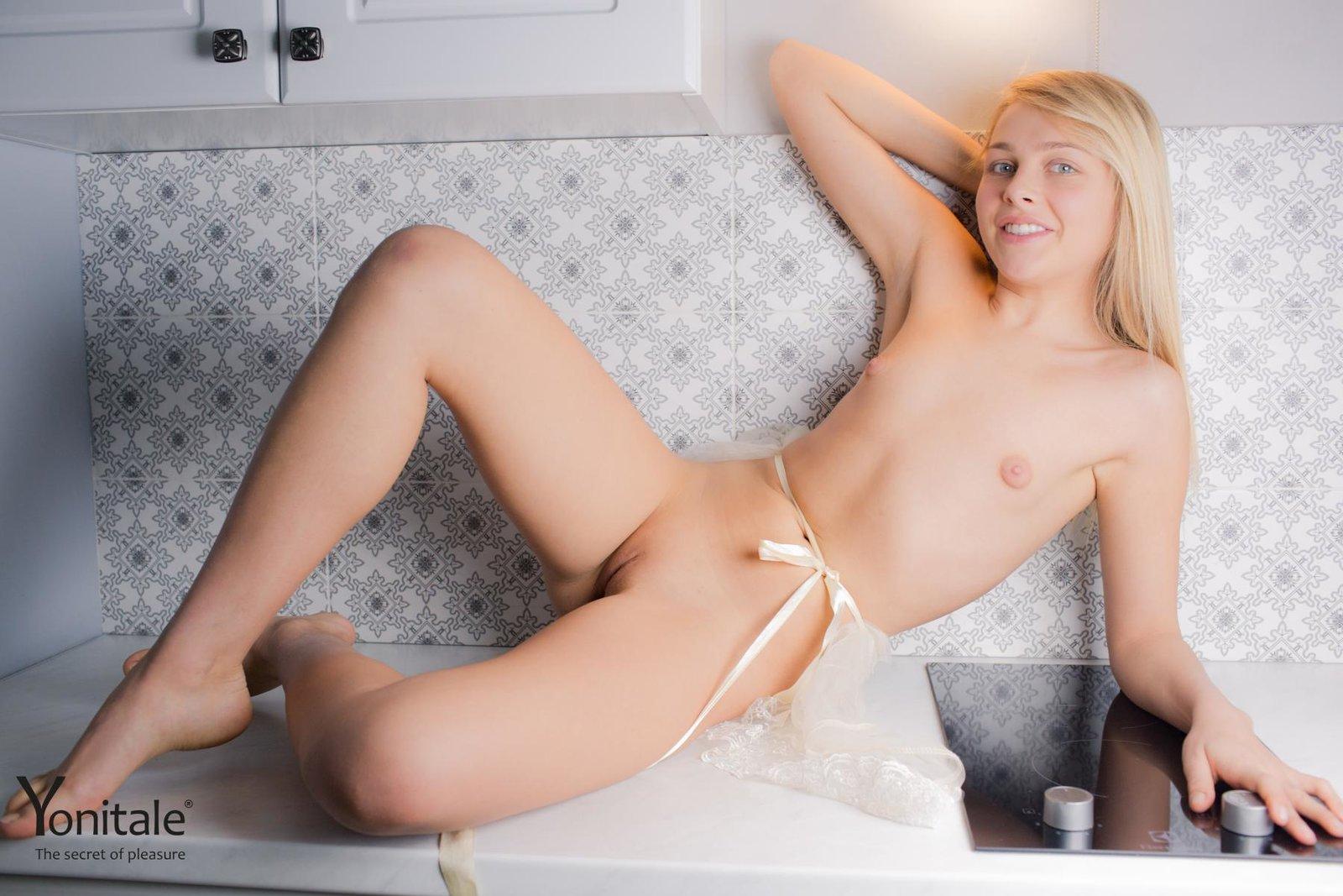 Светловолосая девушка с мелкой грудью ласкает ухоженную вагину секс фото