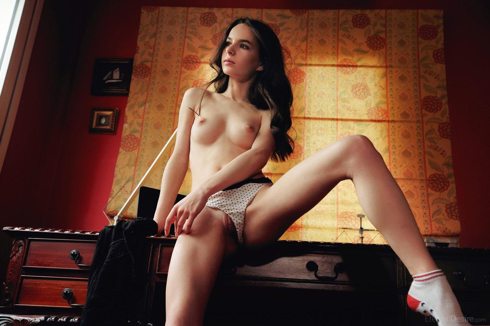 Сексуальная девушка в носках снимает трусики