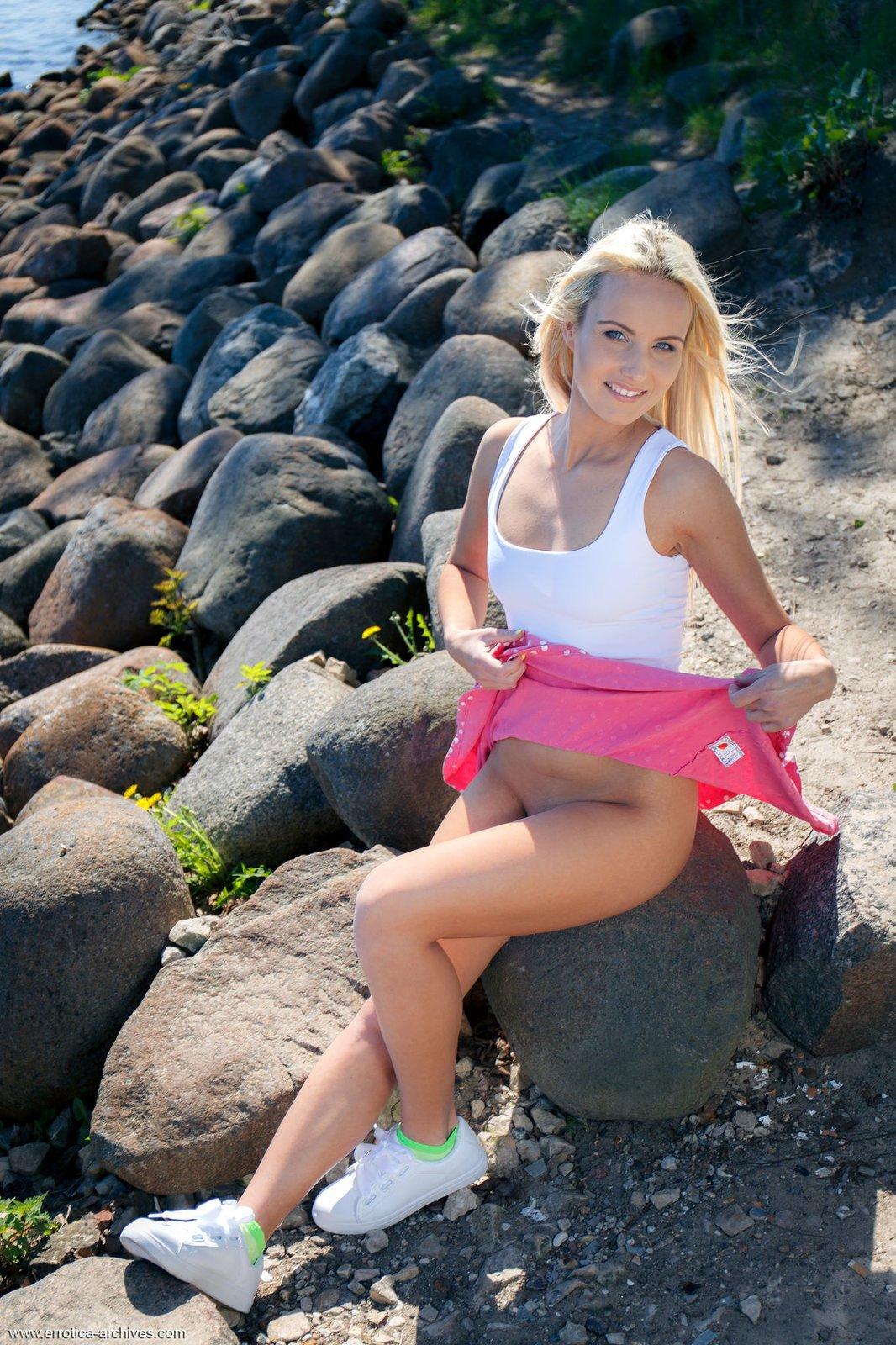 Голубоглазая блондинка в юбке оголяется у речки