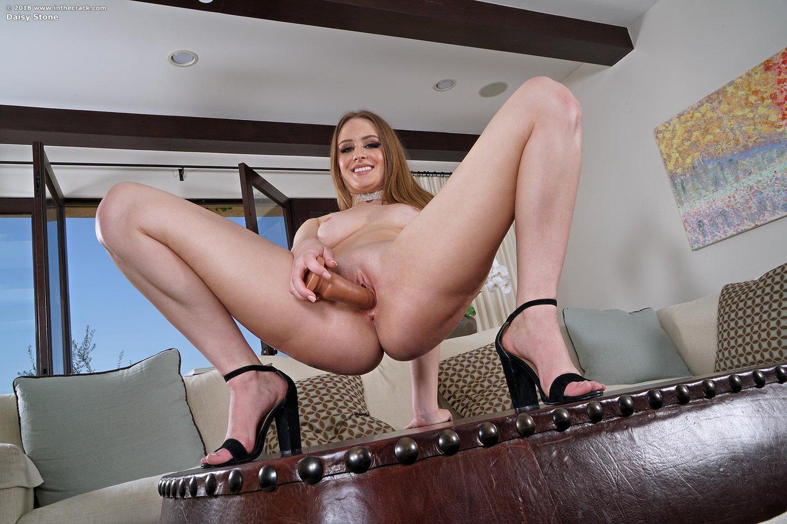 Соблазнительная девка с большой сракой на столике