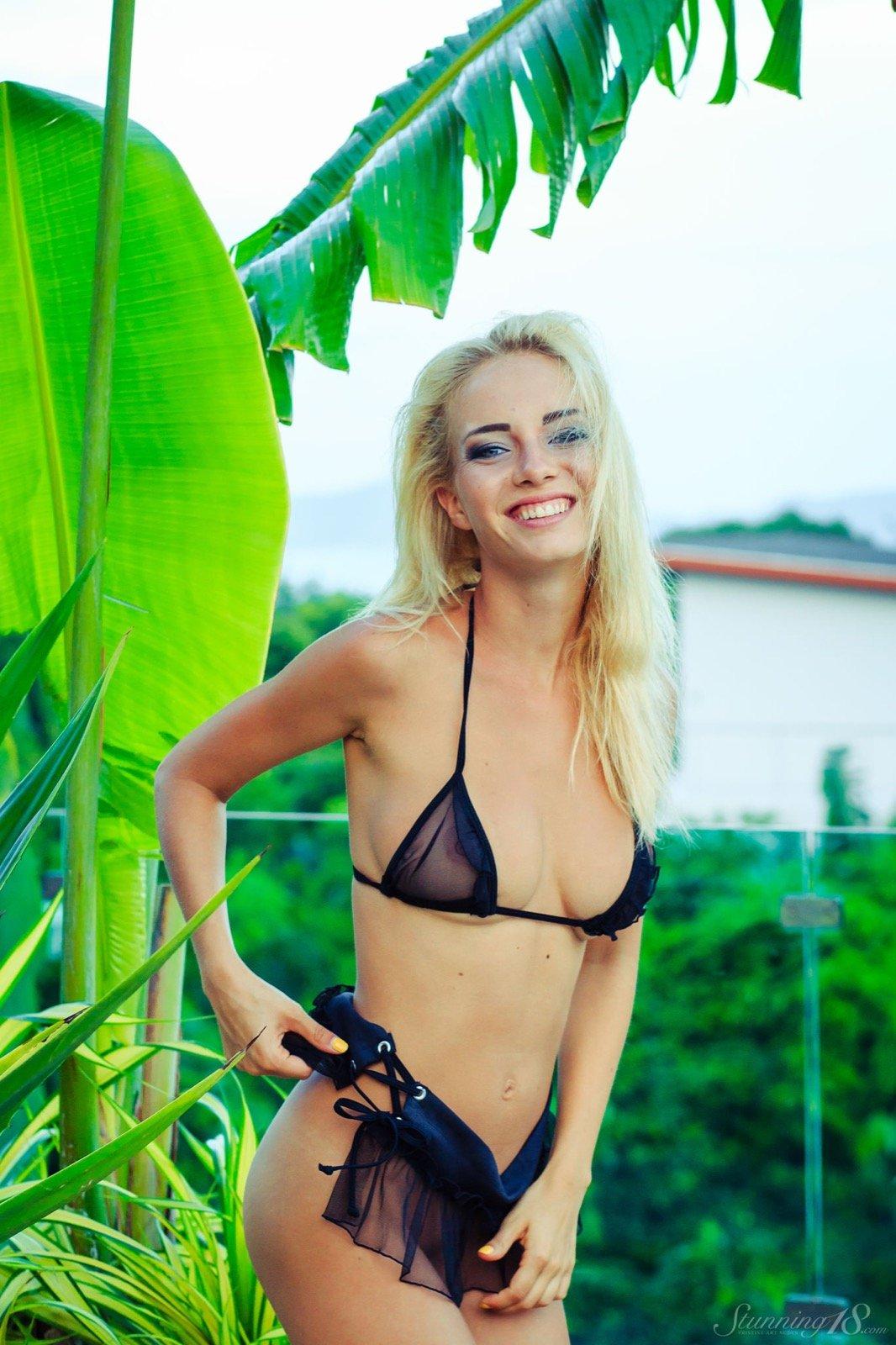 Неугомонная прекрасная блондинка позирует в сексуальном белье
