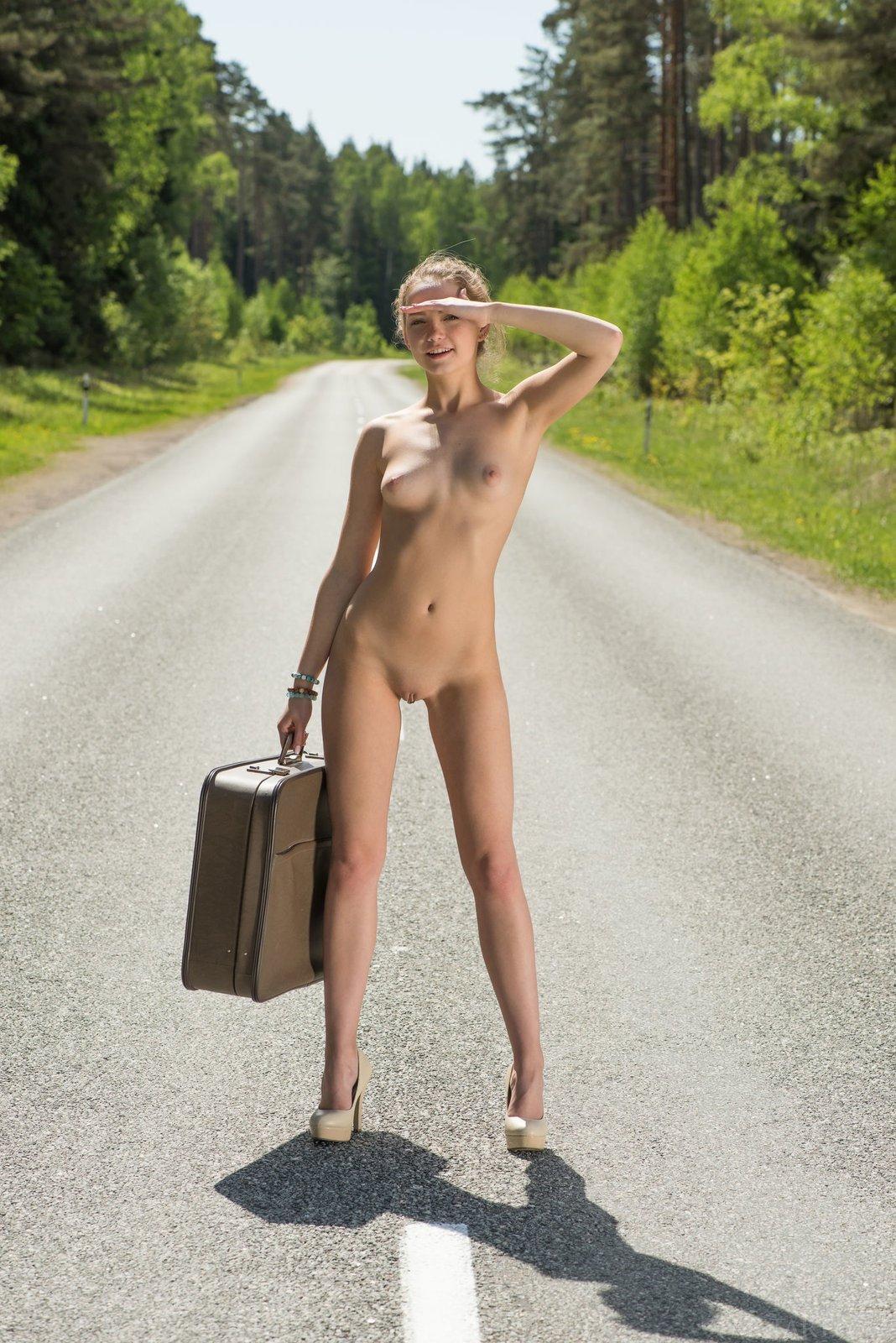 Стройняшка в трусах улыбаясь сняла одежду на трассе