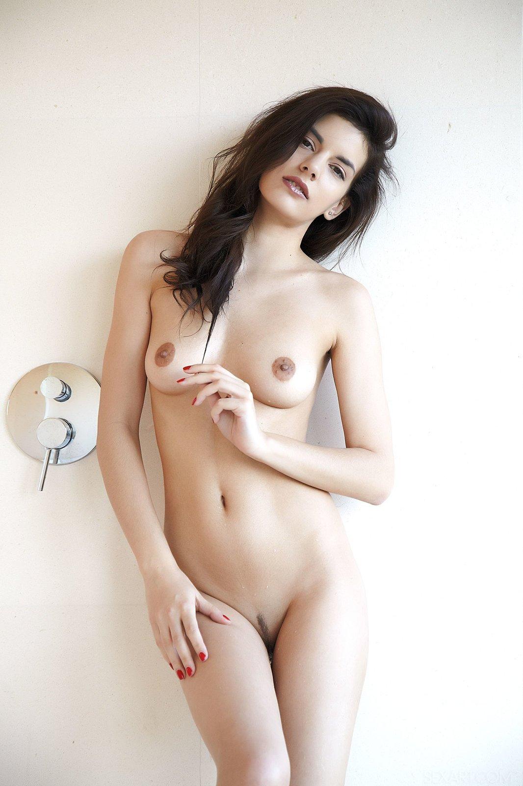 Изящная девка облила киску водой с душа